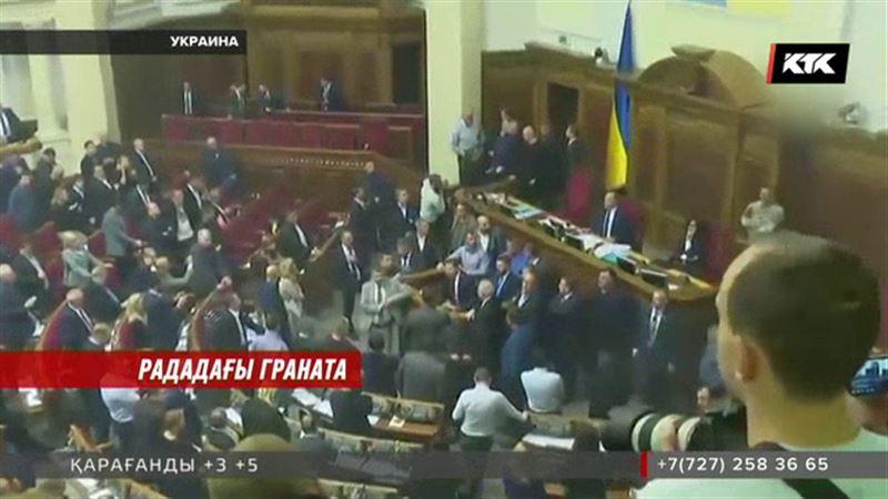 Украина депутаттары жоғарғы раданың залында түтіндегіш граната лақтыра бастады