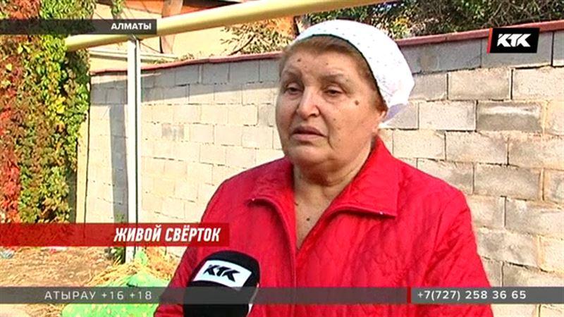 Алматинцы, нашедшие в траве младенца: «У неё всё было чистенькое»
