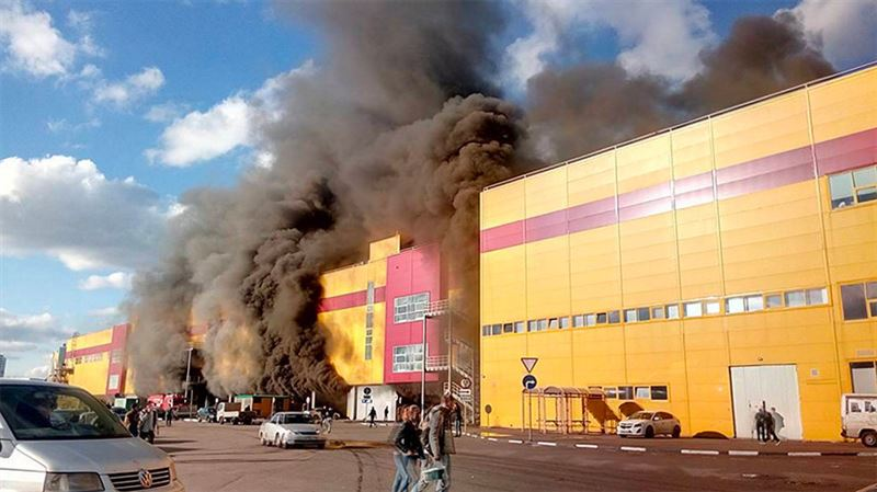 В Москве произошел крупный пожар в здании торгового комплекса