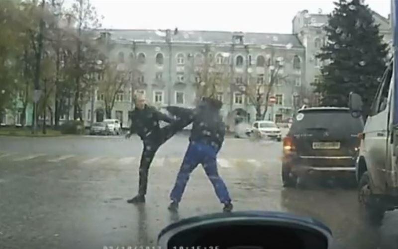 ВИДЕО: В Перми два водителя устроили драку на дороге