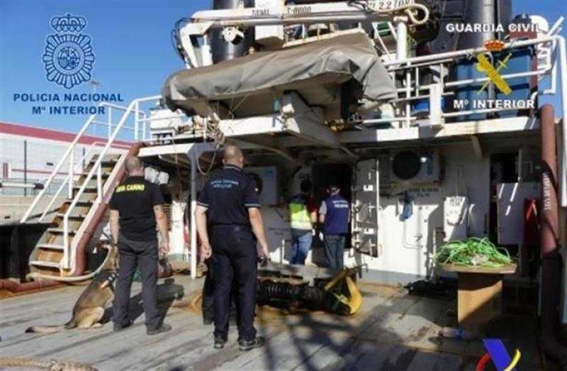 Испанская полиция задержала судно наркоторговцев с почти 4 тоннами кокаина на борту