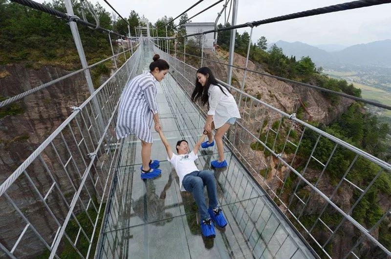 Стеклянный мост в Китае начал трескаться под ногами туристов
