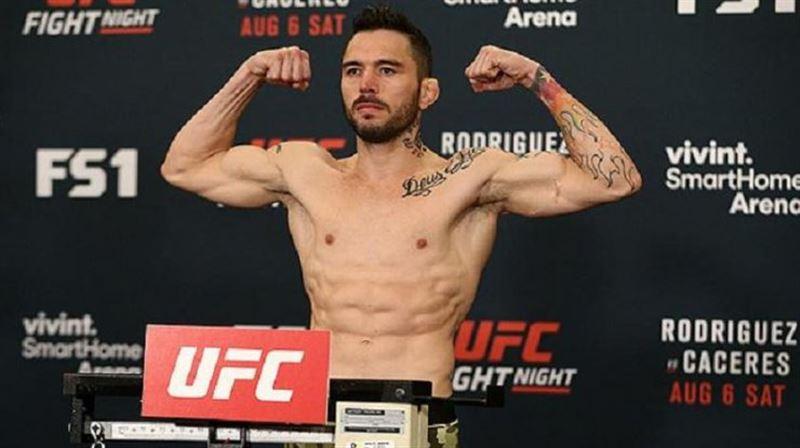 Скандальный боец UFC избил лежащую на земле женщину