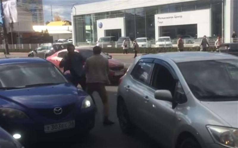 В Воронеже водители иномарок устроили боксёрский поединок на дороге