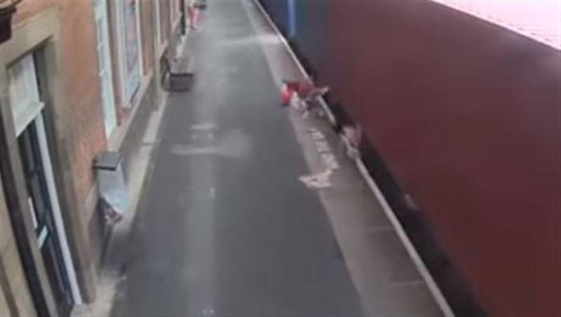 В Великобритании поезд снес детскую коляску