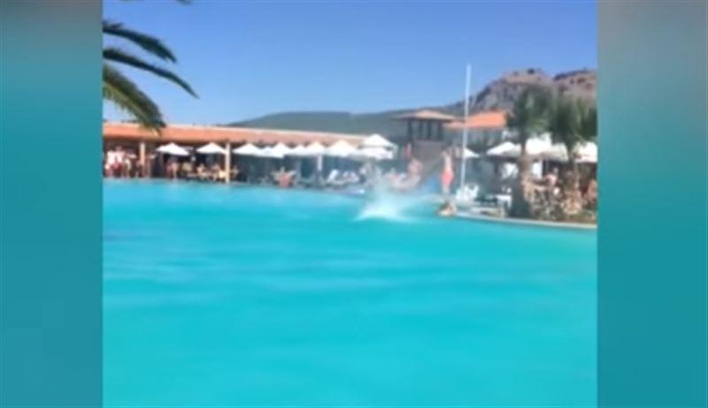 Мини-торнадо в бассейне туристы сняли на видео