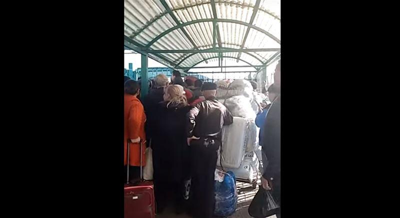 Погранслужба прокомментировала скопление людей на казахстанско-кыргызстанской границе