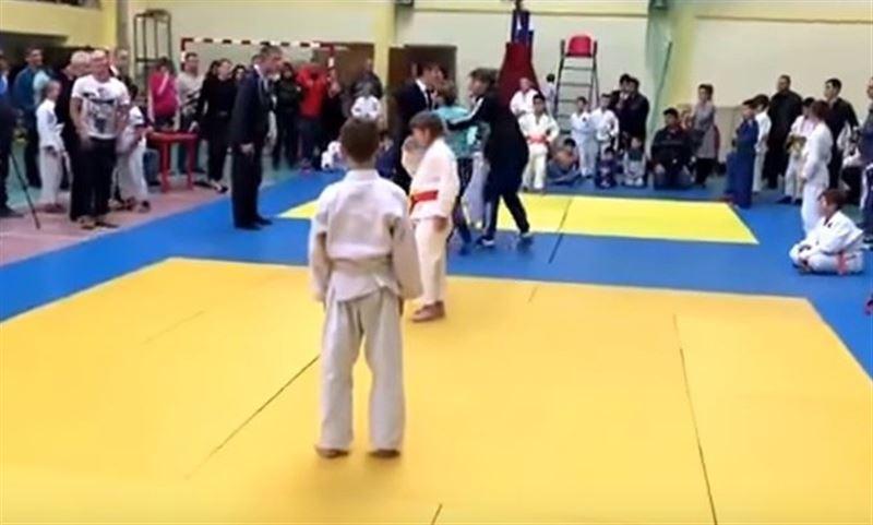 ВИДЕО: Разъяренная мать избила ребенка и судью на соревнованиях по дзюдо
