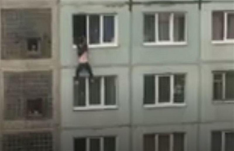(18+): Видео смертельного падения подростка из окна седьмого этажа попало в Сеть