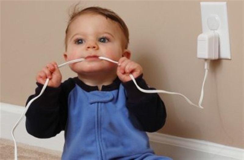 ФОТО: Зарядка смартфона сожгла рот и губы ребенку