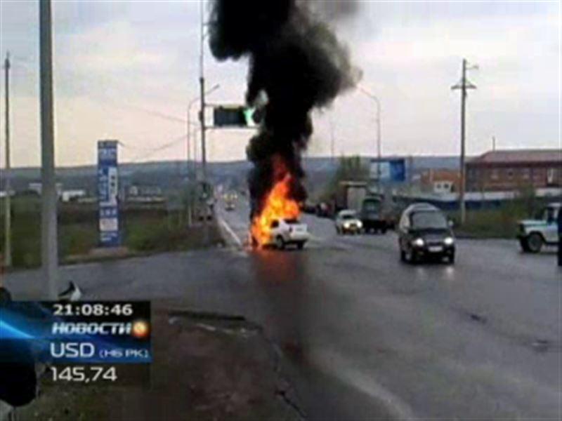 На перекрестке Караганды загорелся автомобиль