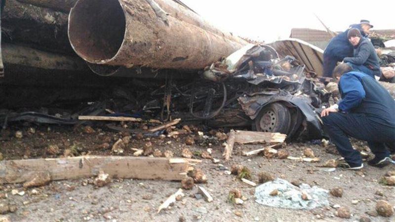 На видео попал момент столкновения легкового автомобиля и двух грузовиков