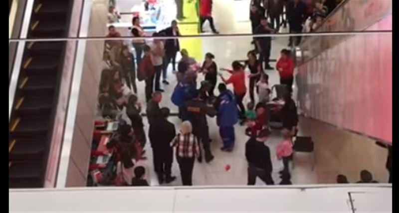 В ТРЦ Алматы ребенок упал с третьего этажа