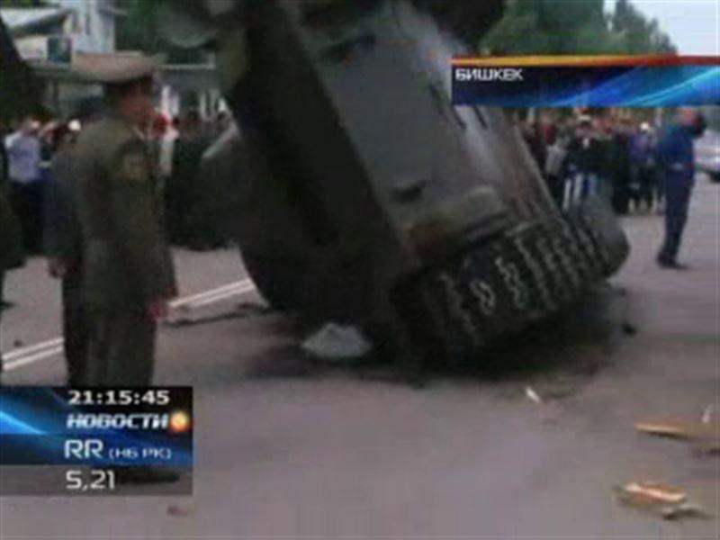 В Бишкеке во время праздничного парада перевернулся танк