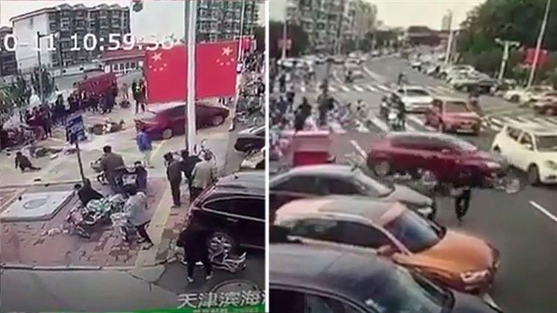 Автомобиль врезался в пешеходов в Китае