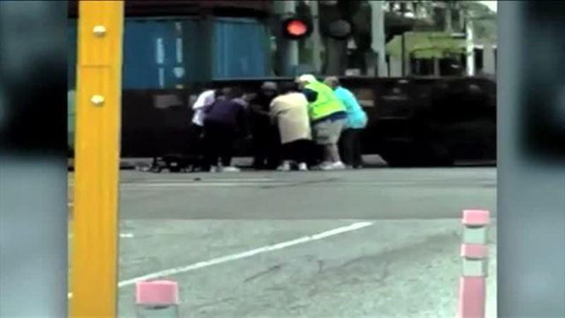 ШОК: Инвалида в кресле в последний момент вытащили из-под поезда