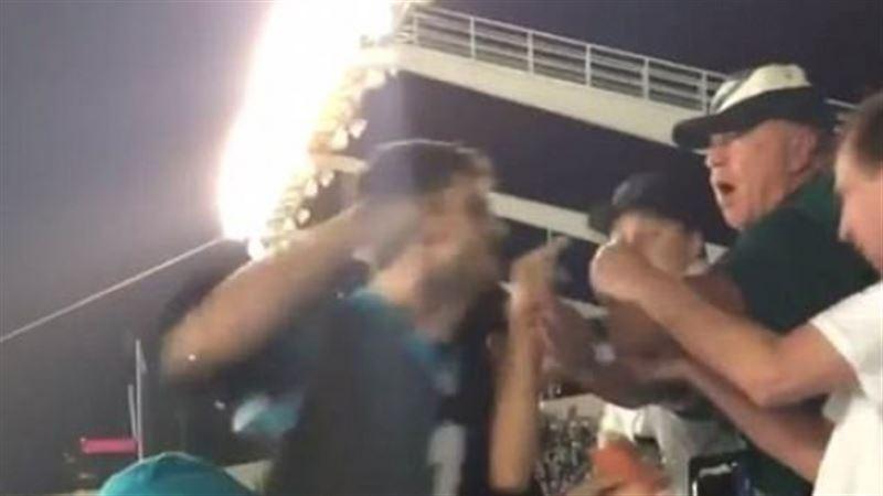 Разъяренный фанат в США избил пенсионера на футбольном матче