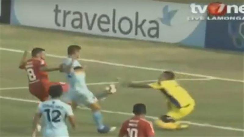 Смерть на поле: футболист умер после столкновения с одноклубником во время матча
