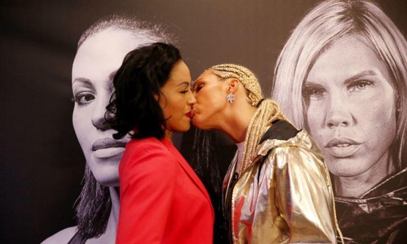 Женщина-боксер поцеловала соперницу на дуэли взглядов
