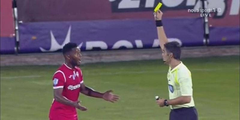 Футболист получил жёлтую карточку за то, что вытер бутсу о рефери