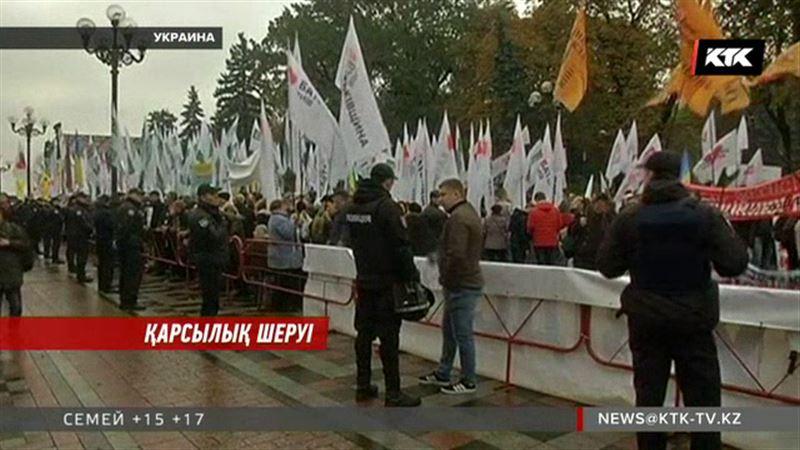 Украина жұрты депутаттарға қарсы шеруге шықты