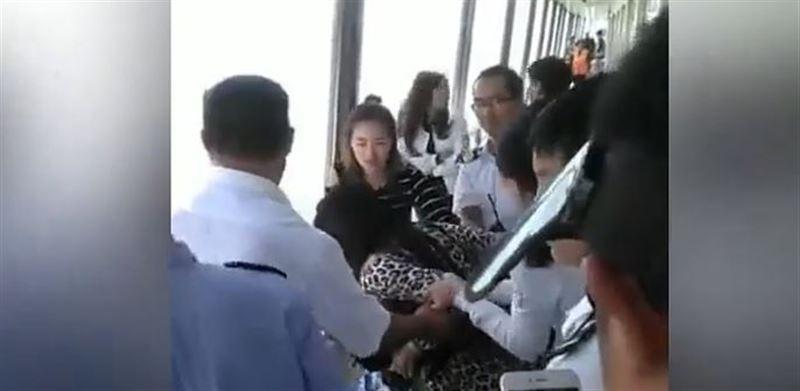 Китайская туристка попыталась выпрыгнуть за борт корабля вслед за оброненным смартфоном