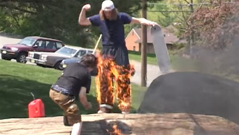 ВИДЕО: Скейтер загорелся во время выполнения трюка