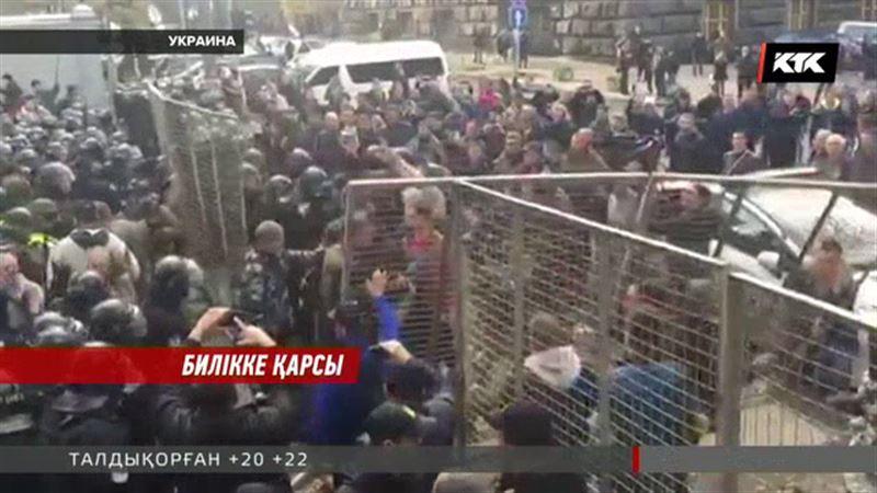 Киевте  мыңдаған адам  билікке қарсы наразылықтарын ашық айтып жатыр