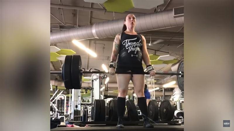 Беременная женщина из Калифорнии тянет штангу в 110 кг