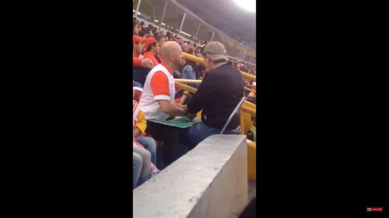 Отец привел слепого сына на футбольный матч