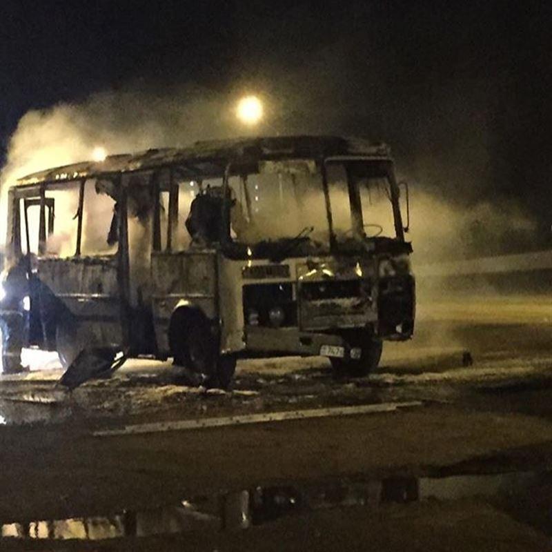 В Жезказгане сгорел автобус, водитель и кондуктор получили страшные ожоги