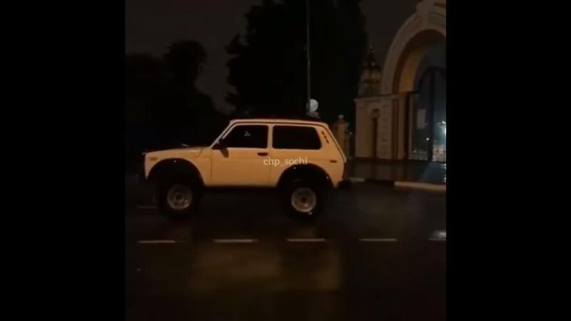 Водитель «Нивы» устроил дрифт-шоу перед храмом