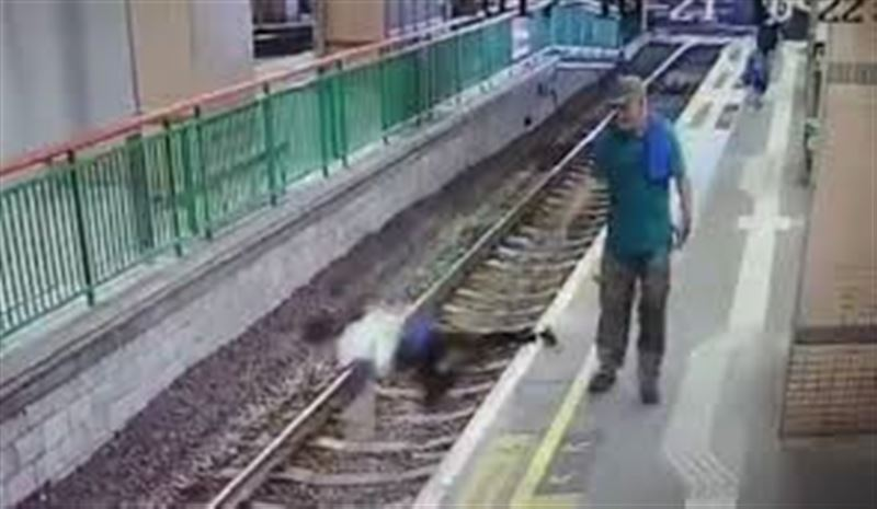 ВИДЕО: В Гонконге мужчина столкнул уборщицу на железнодорожные пути и ушел