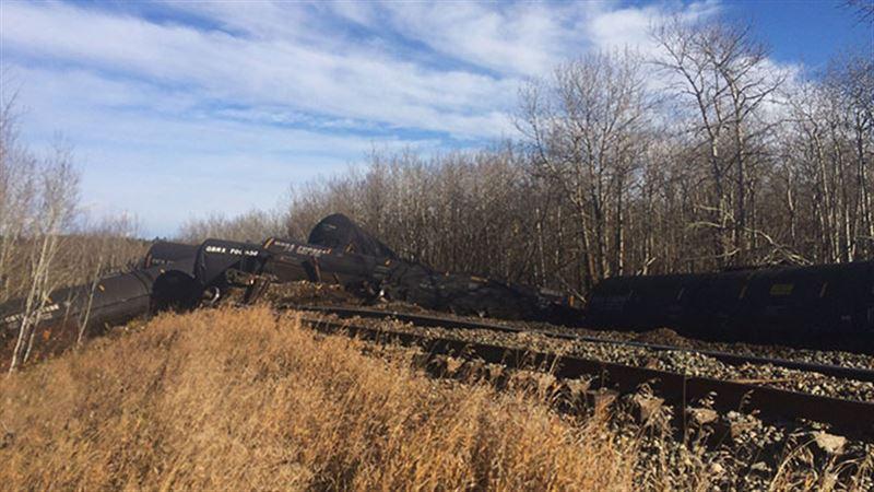 В Канаде 12 цистерн поезда с нефтью сошли с рельсов