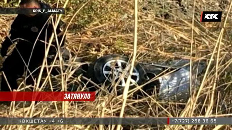 На трассе Талдыкорган - Уштобе легковушку едва не засосало в трясине