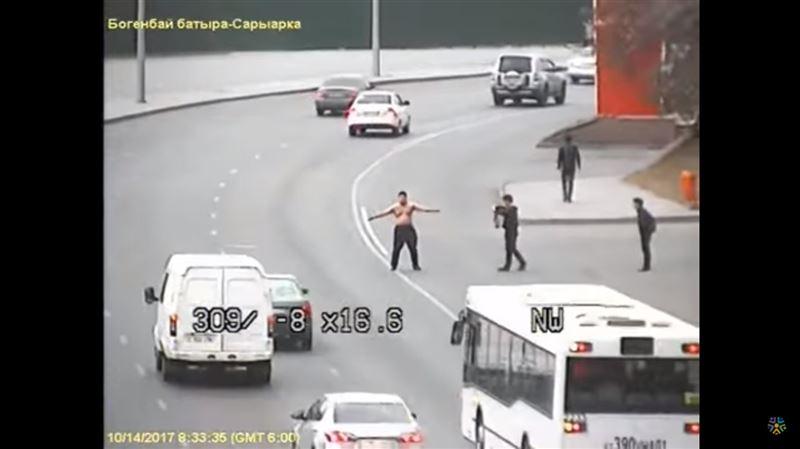 В Астане полуголый мужчина устроил дебош на проезжей части