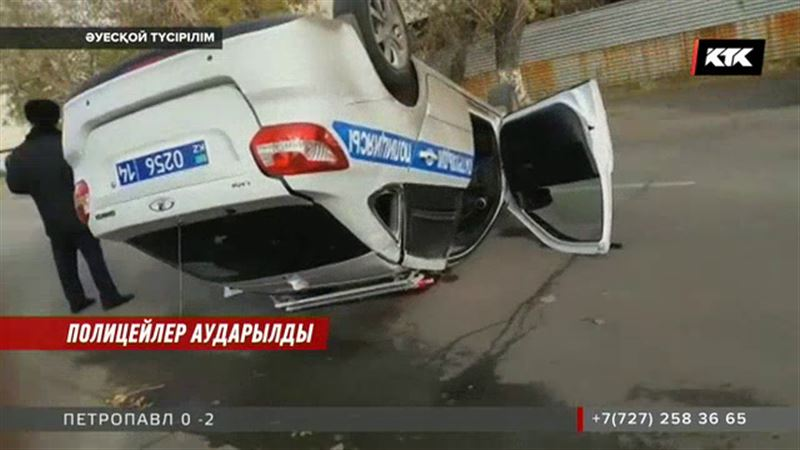Павлодарда полицейлердің көлігі аударылып қалды
