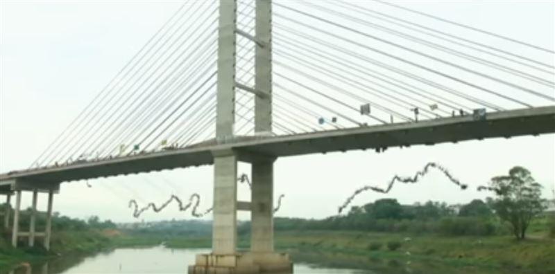 ВИДЕО: 245 человек одновременно прыгнули с моста