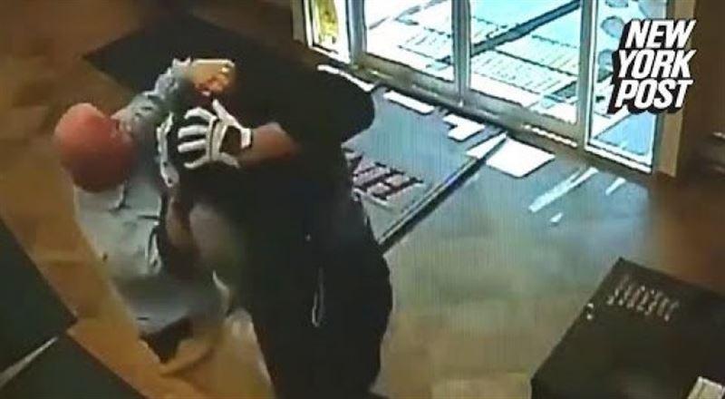 ВИДЕО: В США пенсионер скрутил грабителя банка голыми руками