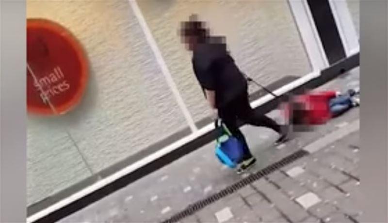 ВИДЕО: мать волокла ребенка по тротуару