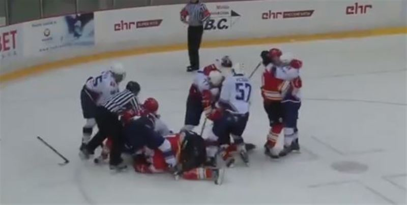 Хоккеисты РФ и Китая устроили массовую драку на матче МХЛ