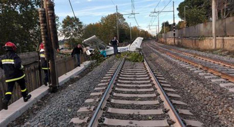 Опубликовано видео с места падения легкомоторного самолета на железную дорогу в Риме