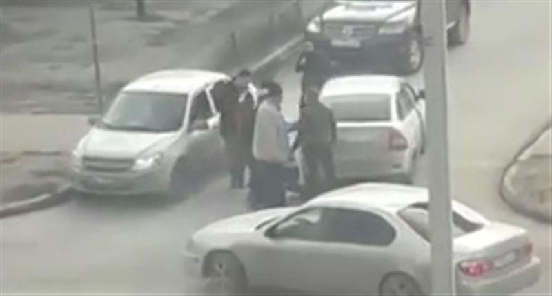 ШОК (18+): В Атырау водители жестоко избили друг друга прямо на проезжей части