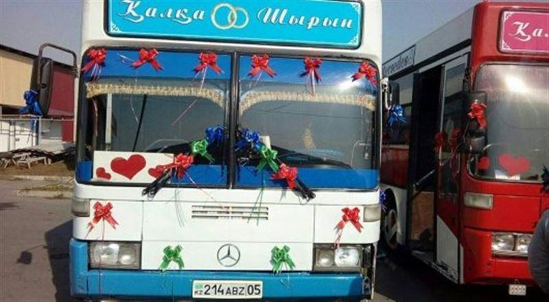 Алматинцев привлек свадебный кортеж из автобусов