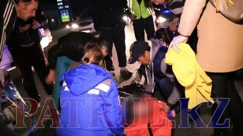 В Алматы из-за матери сын попал под колеса автомобиля