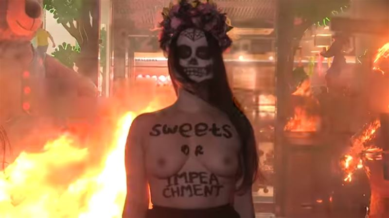(18+): полуголая активистка FEMEN устроила пожар у магазина конфет