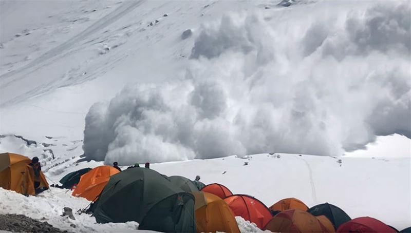 ВИДЕО: альпинисты оказались в ловушке снежной лавины