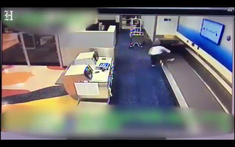 ВИДЕО: пассажир пытался проникнуть в самолет через багажную ленту