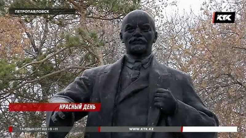 Казахстанцы отмечают 100-летие революции возле памятников Ленину