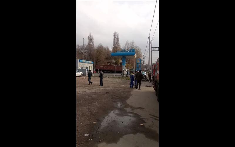 В Алматы на цистерны АЗС свалился вагон